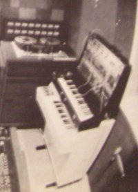 The M400/ARP 2600 combo pictured on the rear sleeve's studio shot. What a waste...